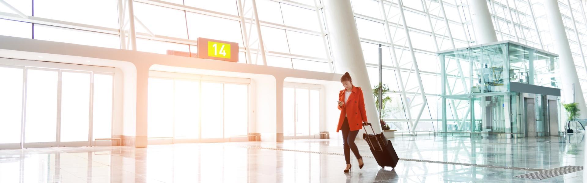 Kobieta z walizką podróżną