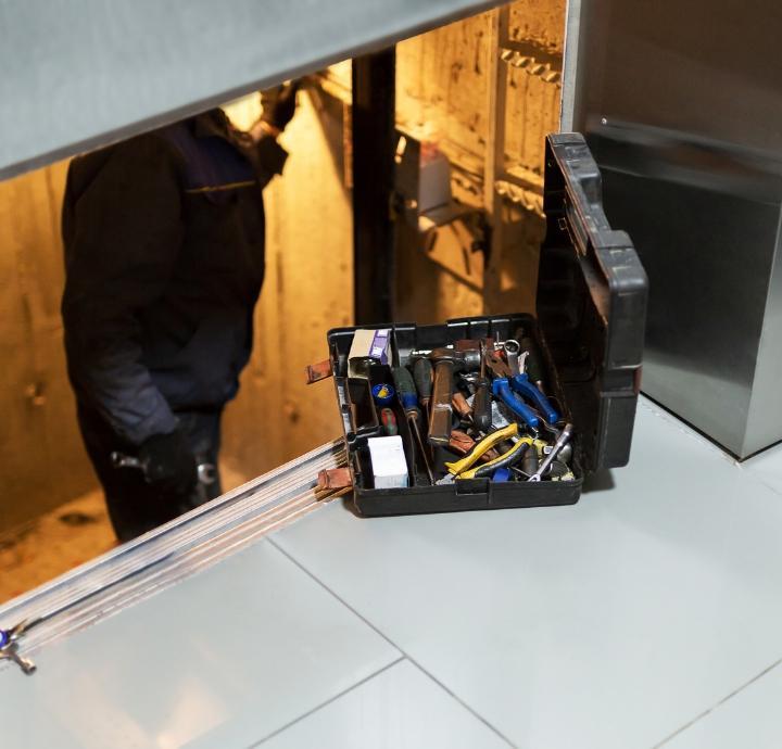 Mężczyzna naprawia windę