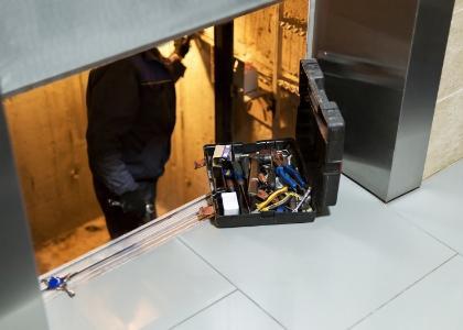 Pracownik naprawia windę