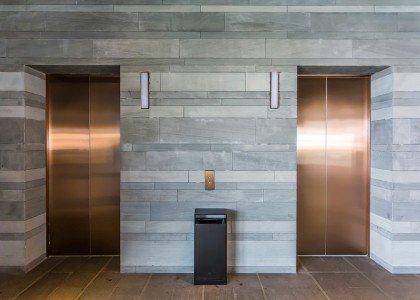 Drzwi windy wkolorze miedzianym